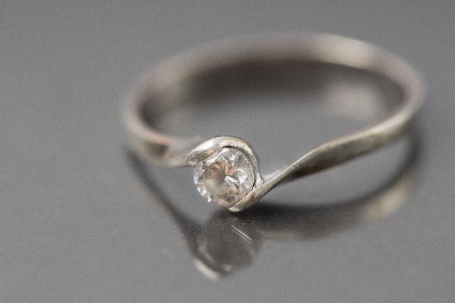 【指輪の処分について】不要になった結婚指輪は捨てる?売る?